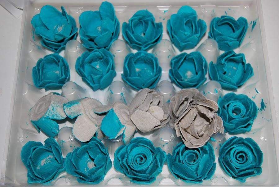 cuadro con flores de carton de huevos.