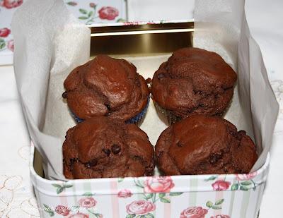 Muffin al cioccolato e tè verde al gelsomino