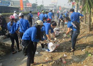 Các bạn thanh niên đang thu gom rác để tập kết lên xe gom rác