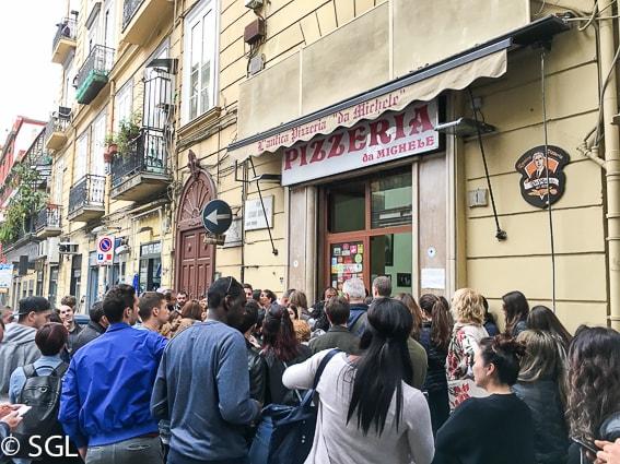 Espera en Pizzeria Da Michele. Napoles
