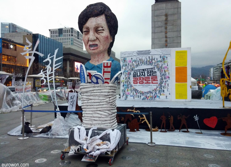 Representación de la presidenta Park Geun-hye atada en Gwanghwamun con logos de conglomerados surcoreanos