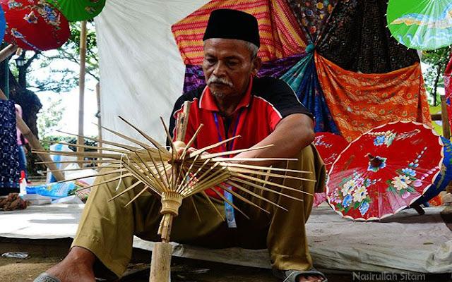 Membuat payung dari belahan bambul