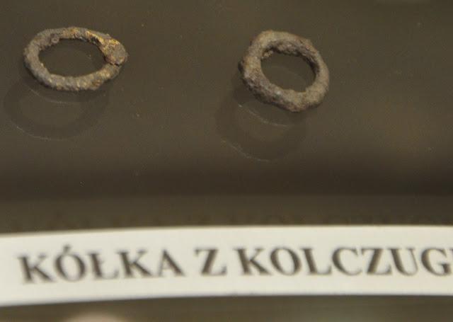 Kółka kolczugi z wczesnośredniowiecznego grodziska w Grzybowie