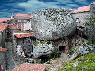 منازل وسط الصخور