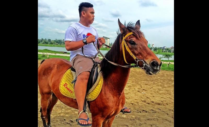 Muhammad Akbar bergaya ala Prabowo berkuda
