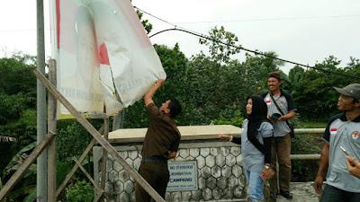 Panwascam Sukadana Bersihkan Alat Peraga Kampanye (APK) Para Kandidat Pilgub Lampung
