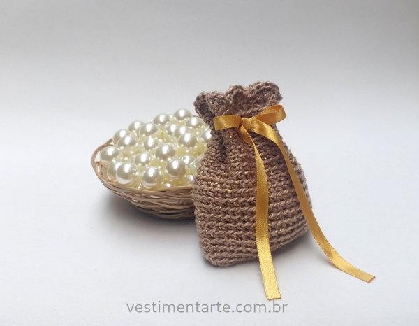 saquinho crochê dourado lembrancinha