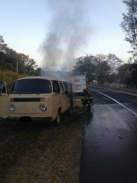 Veículo pega fogo na rodovia SP-342 que liga Pinhal x São João