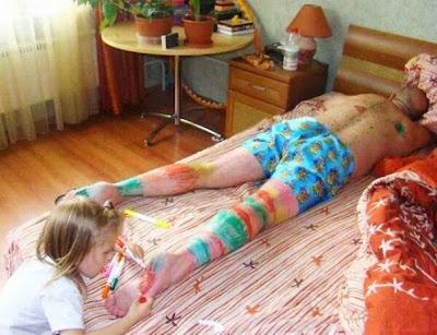 Hija pintando a papá