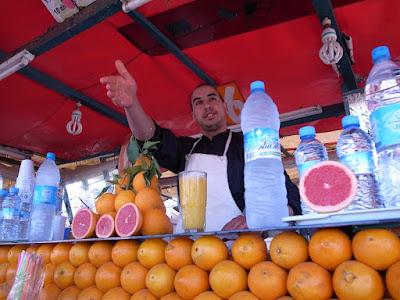 ジャマ・エル・フナのオレンジジュース屋台