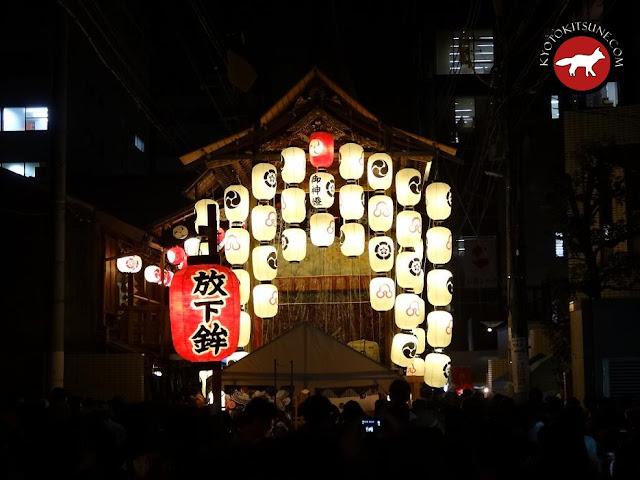 Illumination de nuit d'un yama durant la fête de Gion à Kyoto