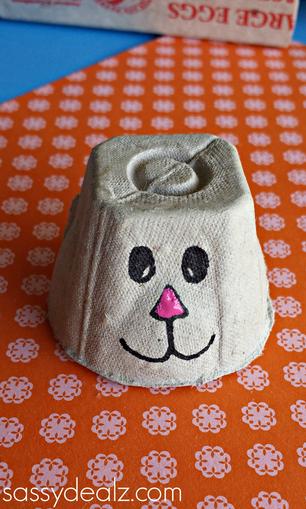 Coelhinho feito de caixa de ovo