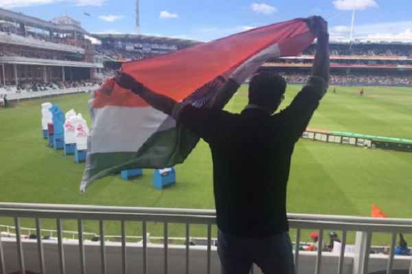 akshay-kumar-waiving-tight-indian-tri-color