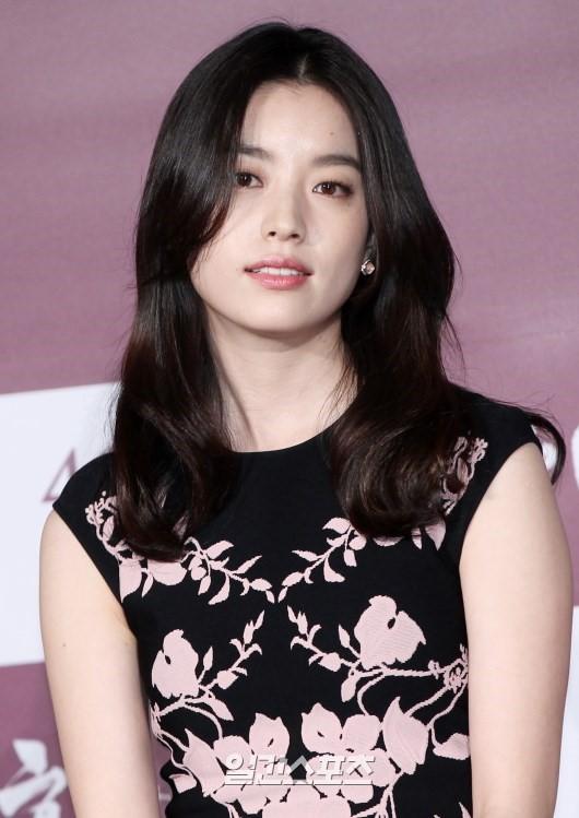 The 30-year old daughter of father (?) and mother(?), 172 cm tall Han Hyo Joo in 2017 photo