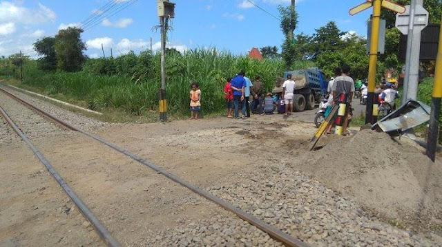 Tulung Agung: Truk Bermuatan Pasir Tertabrak KA Malioboro Ekpress di Perlintasan Tanpa Palang Pintu