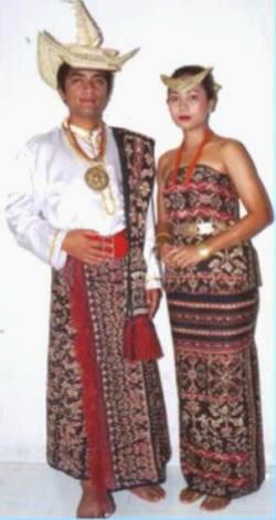 pakaian ini adalah pakaian yang digunakan sudah sejak dulu oleh masyarakat kalimantan barat adat trasional berbahan kulit kayu