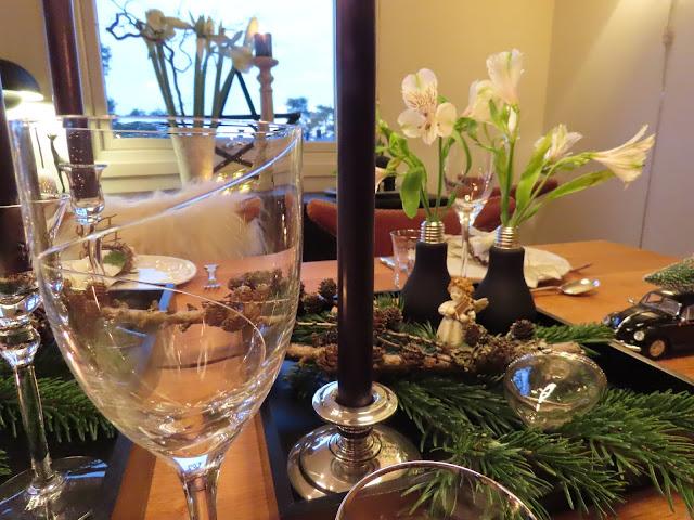 Borddekking til julehøytiden - sort, grønt og hvitt. Nærbilde av glass o.l. på bordet IMG_0092