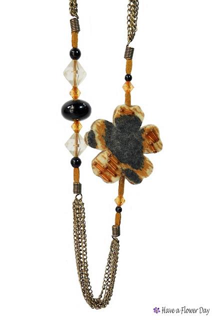 UNIA. Collar con flores leopardo · Leopard print flowers necklace