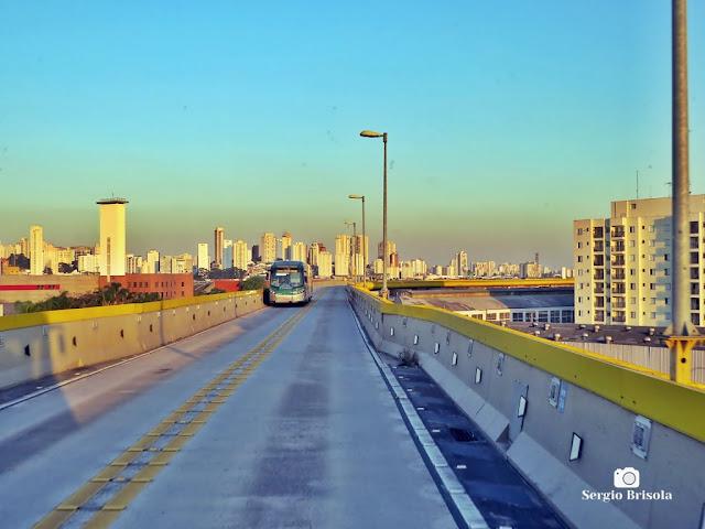 Vista ampla de trecho da via elevada do BRT Expresso Tiradentes - Ipiranga - São Paulo