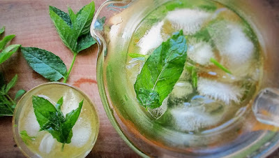 earl grey, lemon verbena, mint, simple syrup, iced tea, cocktails, drinks, herbs, grow your own, homegrown, de tout coeur limousin, food blog, food blogger, Limousin. France, tea, recipe, retreats France, holidays France, wellbeing, singing holidays, bespoke retreats, creuse, mixology, cocktails, mixers, organic, gardening, potager,