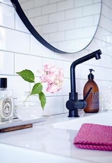 bagno con rubinetti nuovi immagine
