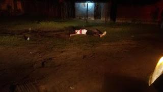 Homem é assassinado a tiros e tem cabeça esmagada por barra de ferro na frente de casa