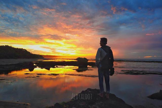foto keren sunrise di pantai sayang heulang