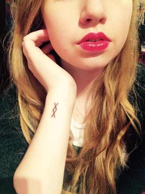 foto de tatuaje inguz en la muñeca