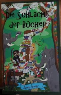 Das Cover zeigt einen Bücherstapel, Elefanten, eine Prinzessin, einen Piraten, einen Detektiv, einen wildgewordenen Föhn und weitere Details