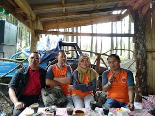 Ngopi dan ngobrol di Hutan Pinus Precet, Wagir, Malang