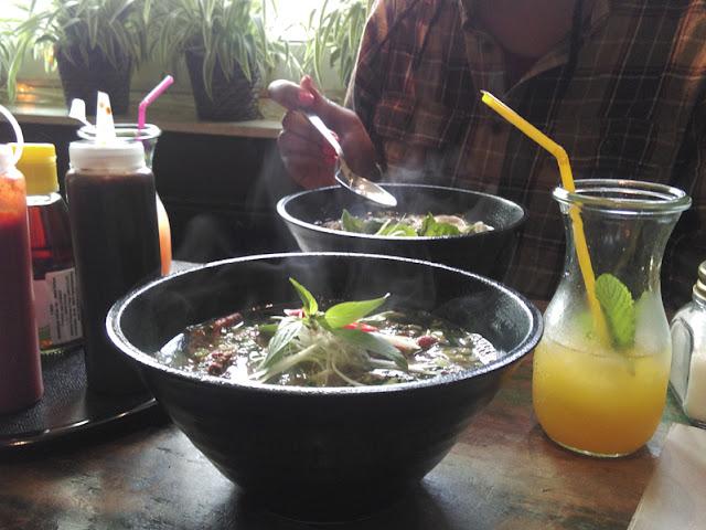 Phở bò, Vietnamesische Suppe, im Café 1980, Köln