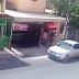 VIDEO: Roban ropa con todo y maniquí a plena luz del día en una tienda de Bonao