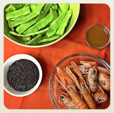 taccole e scampi al profumo di sesamo su letto di riso nero