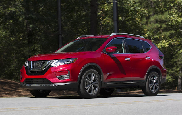 Front 3/4 view of 2017 Nissan Rogue Hybrid