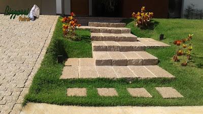 Escada de pedra folheta com a rampa dos carros com pedra paralelepípedo em casa em condomínio em Sousas-SP.
