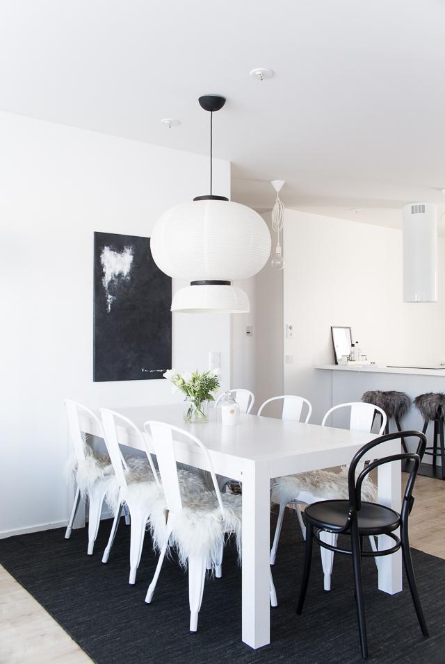 villa h, sisustus, ruokailutila, tolix tuolit, formakami valaisin