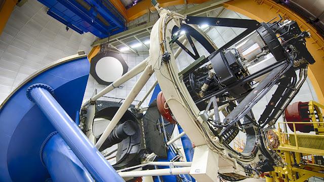 Thiết bị Khảo sát Năng lượng tối (DES) của Bộ Năng lượng Hoa Kỳ được dùng để vẽ bản đồ những thiên hà xa xôi, được gắn trên Kính Viễn vọng Blanco ở Đài quan sát Cerro Tololo tại dãy núi Andes của Chile. Credit: Reidar Hahn/Courtesy of The Dark Energy Survey.