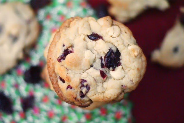 Cranberry White Chocolate Chip Cookies | thetwobiteclub.com