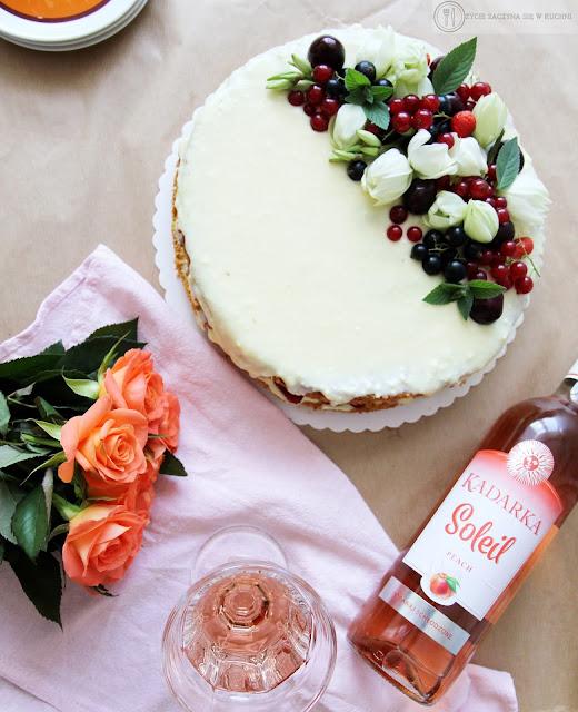 Tort z letnimi owocami: biszkopt z mleczną masą