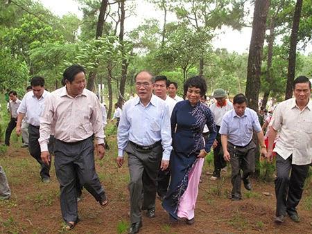 """Video: Chủ tịch Quốc hội Nguyễn Sinh Hùng tung tiền tấn xây """"nhà thờ họ"""" để leo lên ghế """"Tổng bí thư"""""""