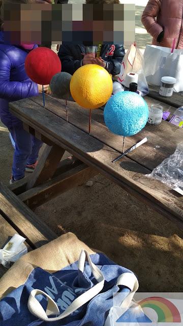 Pintura de las bolas de porexpan del color de los planetas