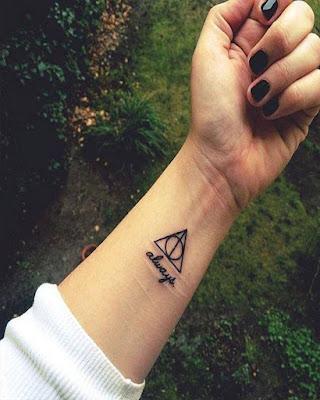 Tatuajes minimalistas en muñeca