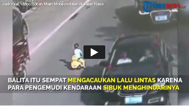 (VIDEO) Heboh! Bocah 3 Tahun Bermain Mobil-mobilan di Jalan Raya.