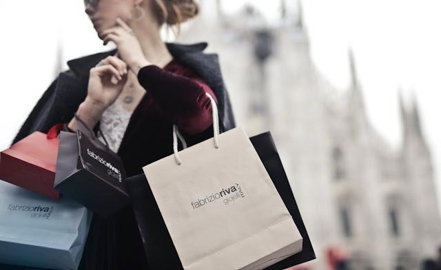 Compras: mujer sofisticada cargada de bolsas de marca.