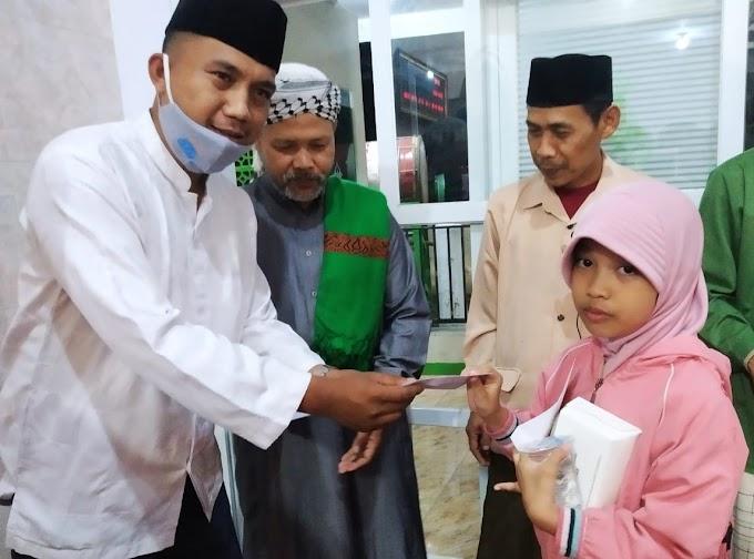 Di Malam Nuzulul Qur'an, Ketua LPM Bojongkerta Santuni Yatim