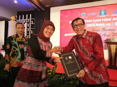 Bupati Lampung Timur Terima Penghargaan Kabupaten Peduli Hak Asasi Manusia (HAM) 2016