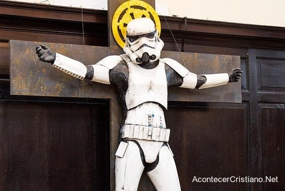 Soldado de Star Wars crucificado en una cruz