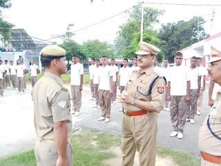 पीलीभीत पुलिस अधीक्षक  महोदय द्वारा सभी पुलिसकर्मियों को करायी गई  परेड