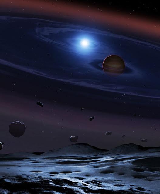 Hình ảnh mô phỏng hai ngôi sao với đĩa vật chất bao xung quanh. Những hạt đá bụi nhỏ này sẽ tập trung lại và tạo nên một hành tinh đất đá trong tương lai. Hình ảnh: Mark Garlick/UCL/Đại học Warwick/Đại học Sheffield.