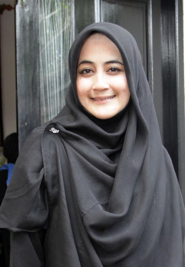 Gaya Jilbab Ala Pipik  Istri Almarhum Ust Jefry Al